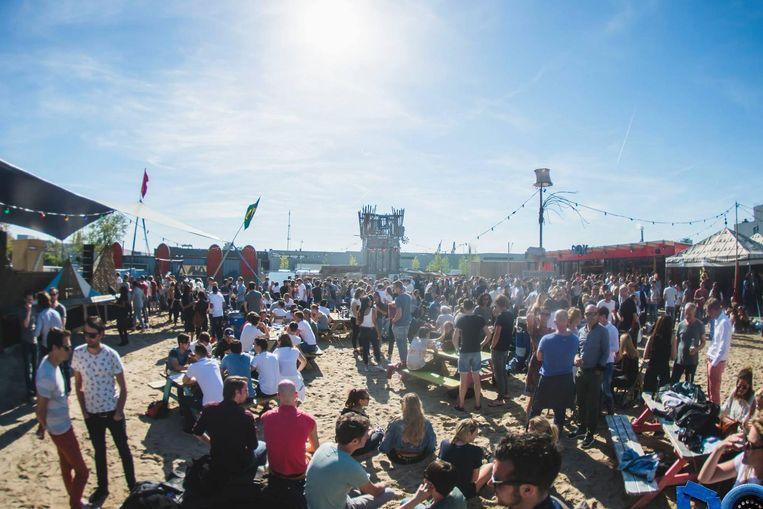 Een zonnetje maakt een foodfestival op een stadsstrand compleet. Beeld DOK Amsterdam