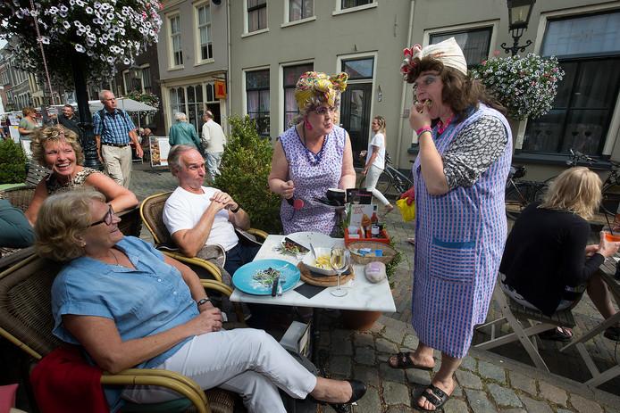 Plezier met de poetsdames op een terras tijdens Doesburg Binnenste Buiten, één van de grote toeristische trekpleisters in de Hanzestad.