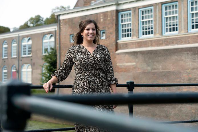 Naomi Jansen bij het kasteel van Breda.