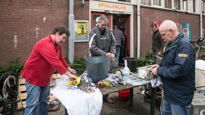 Vrijwilligers maken spullen schoon uit het Knopjesmuseum dat door brand in de WAR werd verwoest.