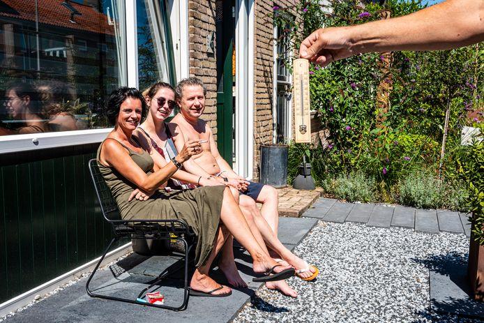 Bewoners Brenda, Chelsea en Marcel van Beek van de heetste straat van Alphen, waar het kwik in de zon richting de 40 graden schiet.