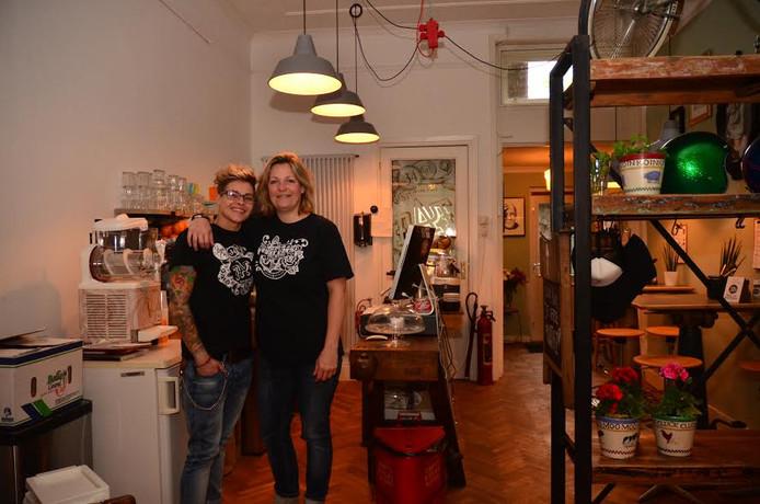 Esther van den Hoek en Sylvia van der Schoot.