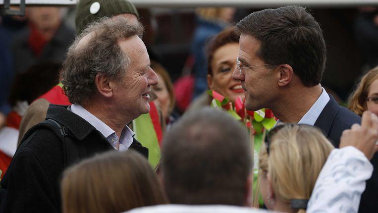 - VVD-leider Mark Rutte (R) komt GroenLinks-leider Bram van Ojik tegen tijdens het campagne voeren in het centrum van Leeuwarden. Beeld ANP
