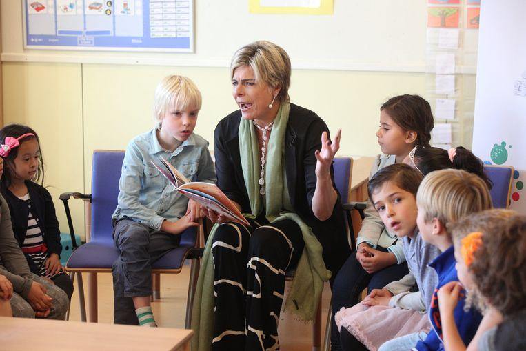 Prinses Laurentien leest voor uit haar boek Mr Finney en het raadsel in de bomen. Beeld null