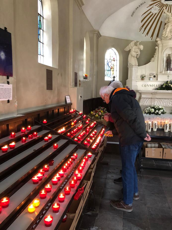 Kaarsjes branden volop in de kapel van de Heilige Eik