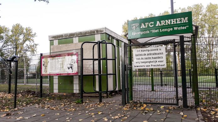De ingang tot de voormalige velden van AFC Arnhem in Presikhaaf. Het kassagebouwtje staat er nog, maar is dichtgetimmerd.