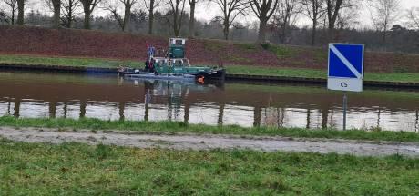 Opmerkelijk tafereel op Twentekanaal bij Delden: 'Vaart daar nu een duikboot?'