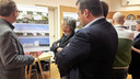 Tijdens de informatieavond onlangs in De Gildenbond gaf ook architect Wim de Bruijn (links) zelf tekst en uitleg over zijn hotelontwerp aan belangstellenden.