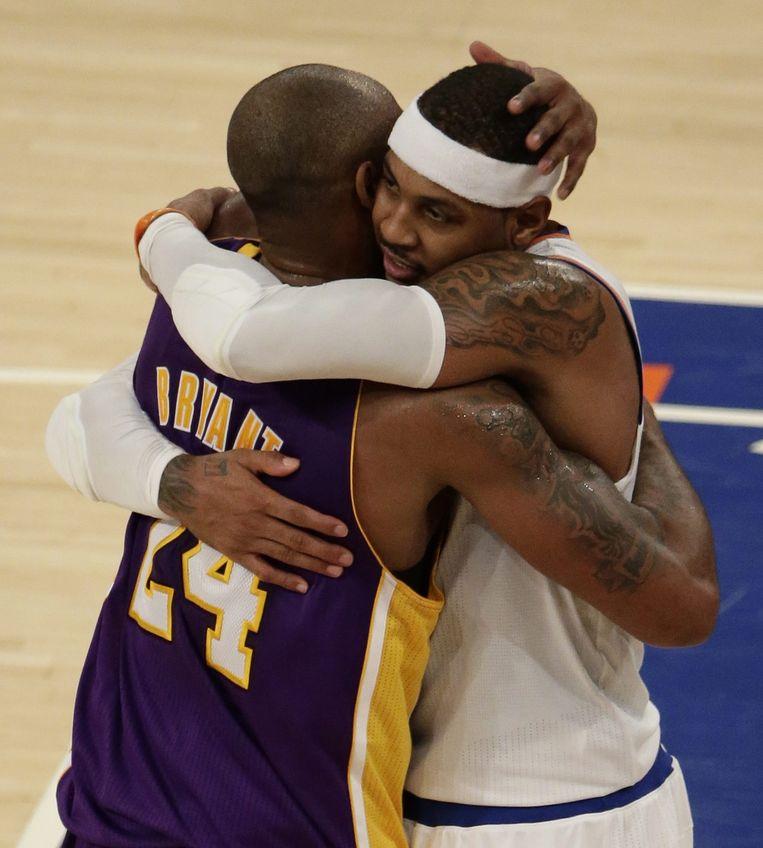 Anthony (rechts) en Bryant omhelzen elkaar, zondag. Beeld epa