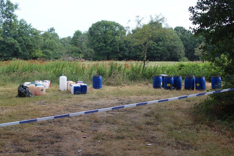 In Zonhoven vond een jogger vanmorgen een dertigtal vaten in een doodlopende straat.