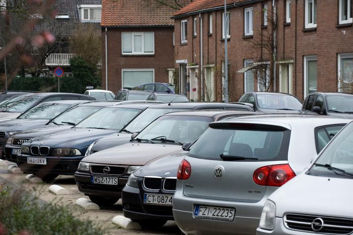 Geparkeerde Poolse auto's in een woonwijk in Tiel.