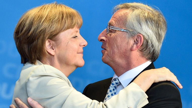 Jean-Claude Juncker (rechts) begroet de Duitse bondskanselier Angela Merkel. Beeld EPA