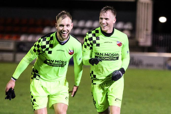Sven van Ingen (links) en Jeffrey Rijsdijk (maker van de 0-1 en de man van de assist van de 0-2 voor Kozakken Boys) vieren de overwinning op TEC.
