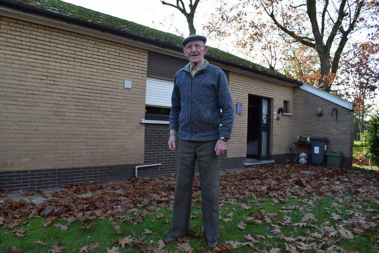 René Sterck voor zijn huisje in de Bloemenboslaan.