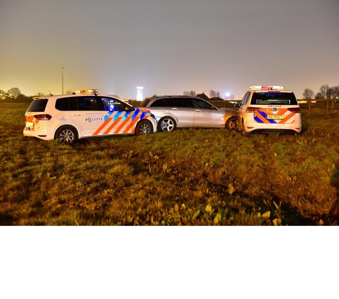 De auto werd in een weiland langs de A27 bij Nieuwegein klemgereden door de politie.