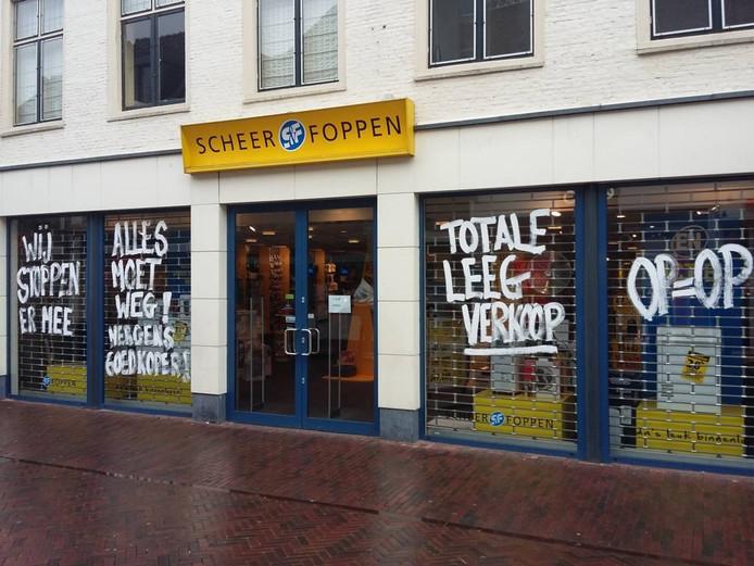 De winkeletalage in de Harderwijkse Donkerstraat; Harderwijk is de 'hoofdstad' van het S&F-imperium