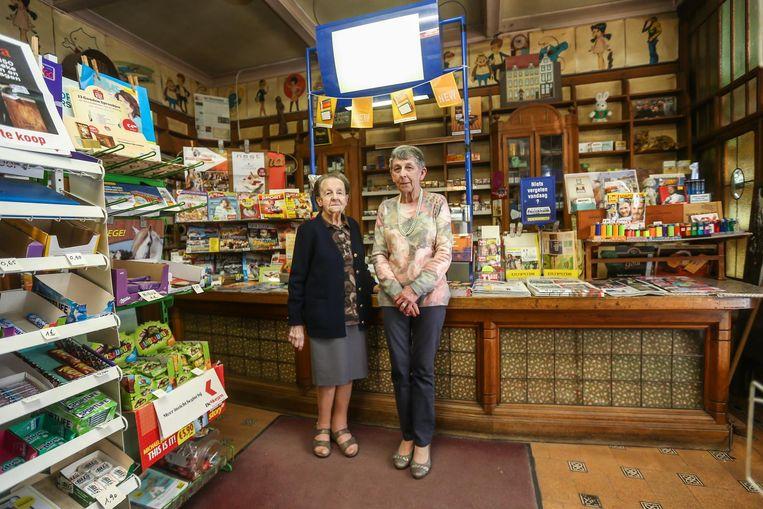 Moeder Georgette Timmermans en Julia Jacobs aan de typische toog en het originele meubilair.