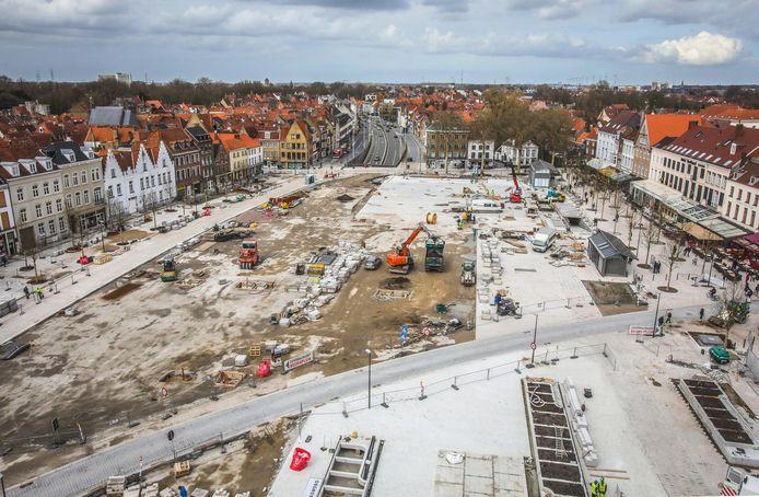 Brugges grootste plein, doormidden gesneden door een straat, ziet er nu nog een werf uit. Maar er is licht aan het einde van de tunnel.