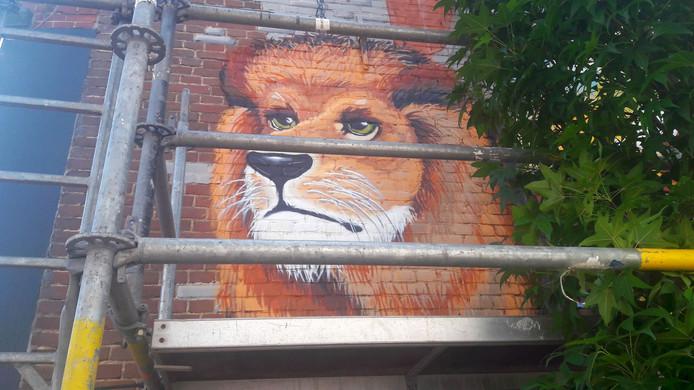 De gekooide leeuw aan het Schalderoi.