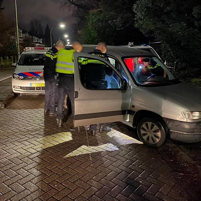 Agenten hebben donderdagavond na een achtervolging die eindigde in Nijmegen een bestuurder aangehouden. Hij wordt onder meer verdacht van gevaarlijk rijgedrag.