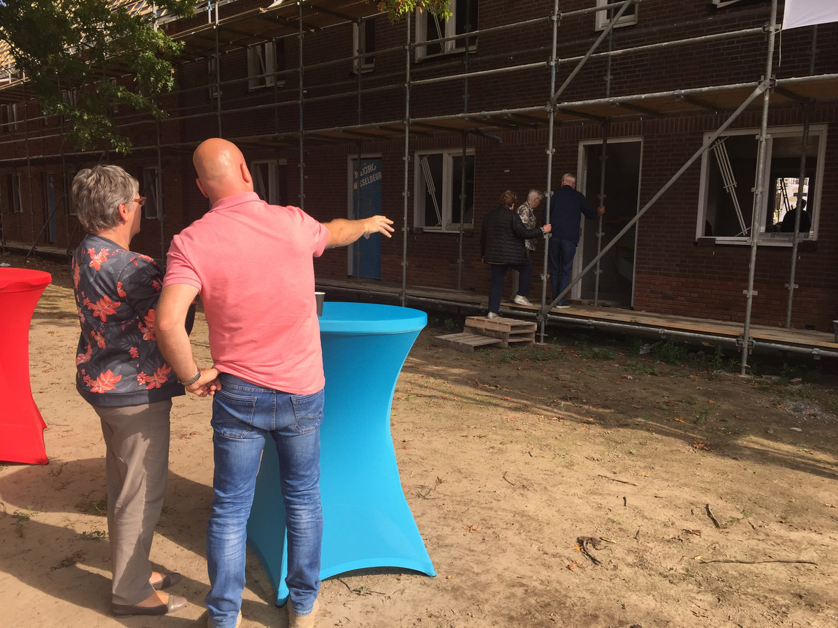 Projectleider Robert van Gendt (rechts) van Hendriks Coppelmans geeft uitleg aan een buurtbewoonster over het nieuwbouwproject .