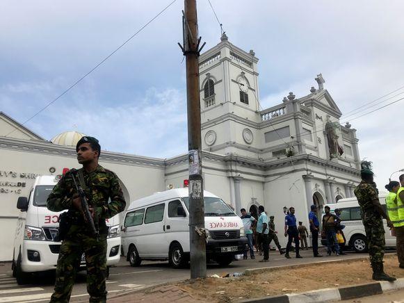 Militairen voor de St. Anthony's Shrinekerk na een explosie.