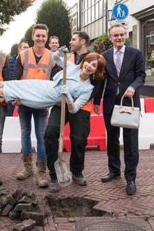 Koningin van de facelift trapt facelift  centrum Baarn af
