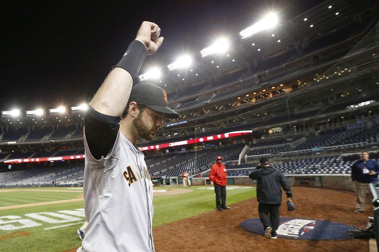 Giants-speler Brandon Belt verlaat het veld in Washington na zijn winnende home run in de achttiende inning. Beeld ap