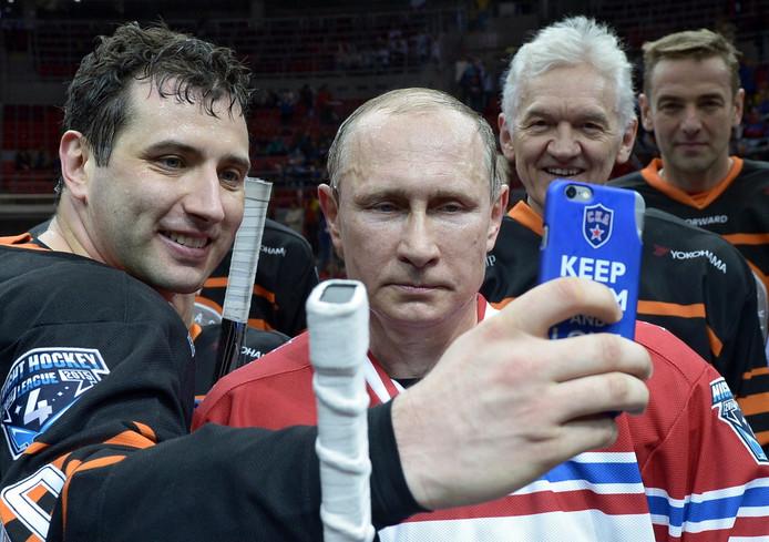 De Russische president Vladimir Poetin is een groot ijshockeyfan. Staatsbedrijf Gazprom scoort tientallen miljoenen in de sport.