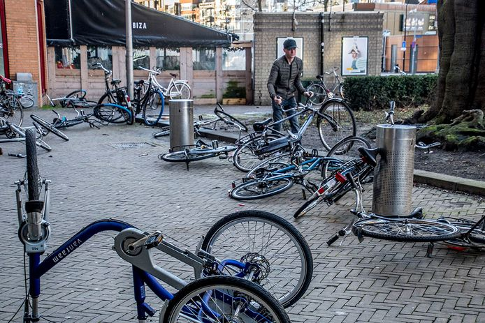 Op de Heuvelring is het voor velen een speurtocht naar welke fiets van wie is.