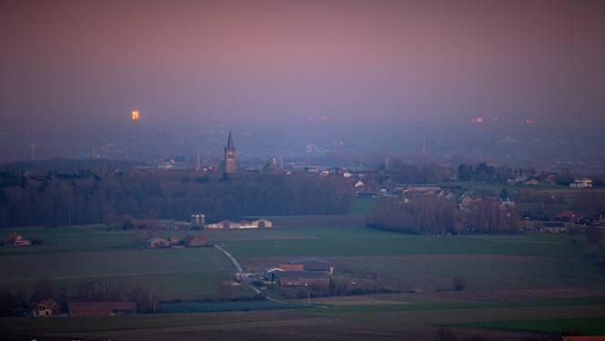 Foto vanop top Kemmelberg toont mysterieus licht aan de horizon: K-Tower in Kortrijk of Ice Mountain in Komen?
