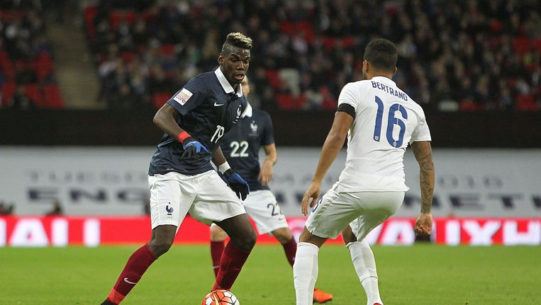 Paul Pogba, middenvelder van Frankrijk, tegenover Ryan Bertrand van Engeland. Beeld photo_news