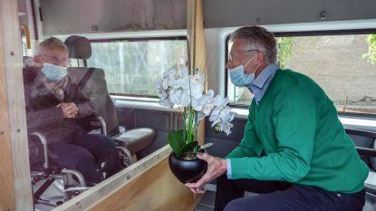 """Jeanne (88) en zoon Jean-Pierre zien elkaar na zes weken terug in 'babbelbus': """"Emotioneel moment"""""""