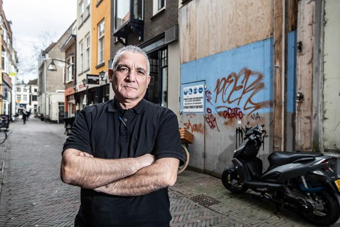 Emidio Fadda, een van de ondernemers in de Grote Overstraat die baalt van de aanblik van het in 2013 afgebrande pand. Er ligt nu eindelijk een plan voor herstel. ,,Eerst zien, dan geloven.''
