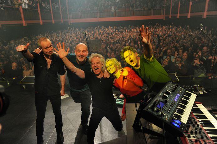 Bløf met Geike Arnaert bij een optreden in concertzaal Ancienne Belgique in Brussel. De gezamenlijke hit Zoutelande heeft het dorp geen windeieren gelegd.