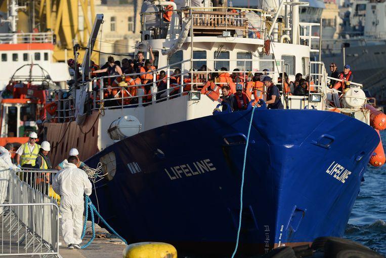 De Lifeline meert aan in Malta na bijna een week lang op zee te hebben rondgedobberd. Het reddingsschip Lifeline met ruim 230 vluchtelingen aan boord mocht na een dagenlange blokkade eindelijk aanleggen in een haven in Malta.