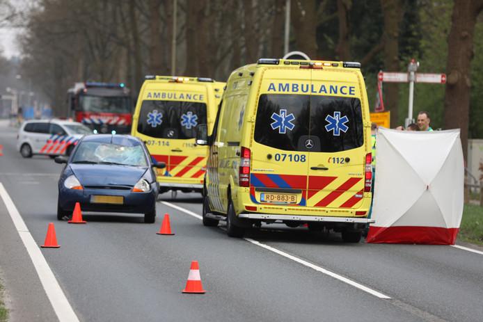 Op de Rijksweg in Ede is een fietser overleden door een aanrijding met een auto.