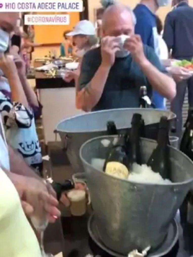 Gasten krijgen gratis schuimwijn aangeboden.