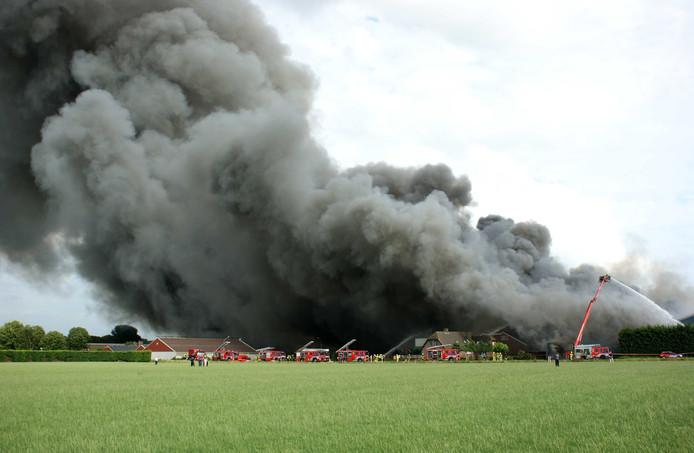 Grote rookwolken bij een brand in een varkensstal in het dorp Erichem.