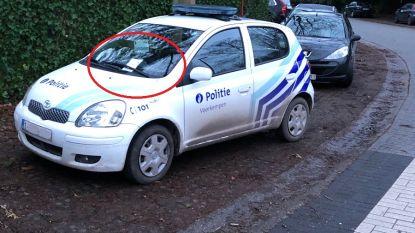 Politiewagen die aan zebrapad staat, krijgt 'boete' van burger. Maar is die wel terecht?