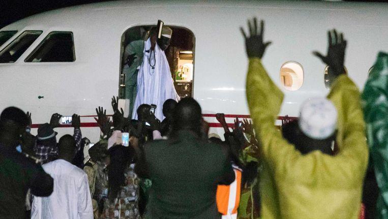 Jammeh zwaait naar zijn supporters terwijl hij op het vliegtuig stapt op het land te verlaten. Beeld null