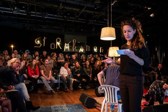 Hanna van Mourik Broekman in het oog van een stormkamer.