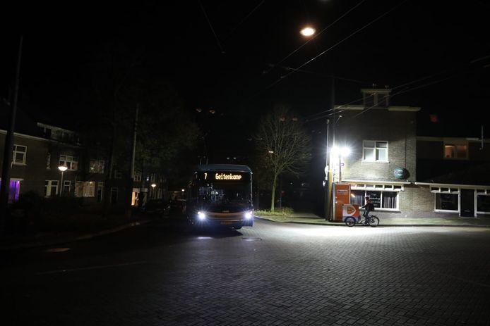 Grote bouwlampen verlichten een kruising van de Arnhemse wijk Geitenkamp om overlast tegen te gaan.