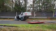 Auto belandt op zijn dak