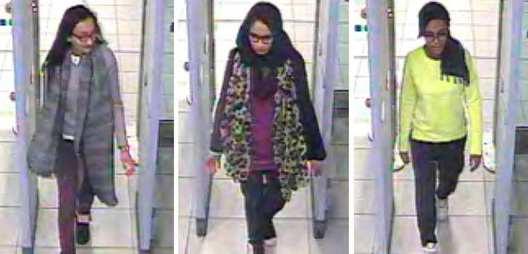Shamima Begum (midden), Kadiza Sultana (links) en  Amira Abase (rechts) tijdens hun vlucht naar het Kalifaat in 2015. De twee andere meisjes zouden omgekomen zijn, maar dat is nooit officieel bevestigd.