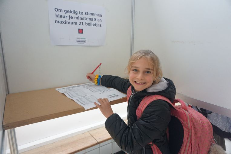 OUDENBURG - De verkiezing van de kindergemeenteraad werd heel serieus genomen door de kinderen, zoals de leerlingen van het derde jaar in basisschool Heilige Familie. Na wat uitleg van de leerkracht trokken de kinderen het stemhokje in.