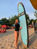 Een nog onbezorgde Indy Zonnevijlle was op Bali met een surfplank regelmatig aan zee te vinden.