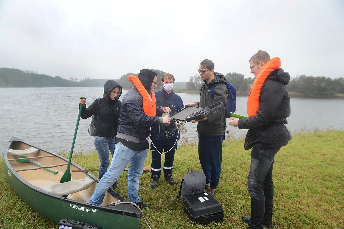 Jur Bosschaart, Laila Conti, David de Boer, Sven Jumelet en Jochem van Beek van HZ University of Applied Sciences zijn enkele van de studenten die het water in Ouwerkerk en Zierikzee hebben onderzocht