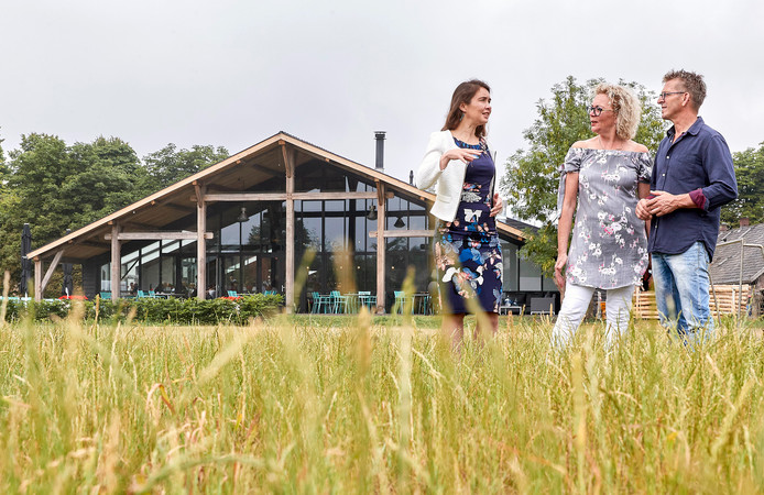 Anne-Marie Spierings op bezoek in 't Oventje bij Mieke en Peter Schraven.