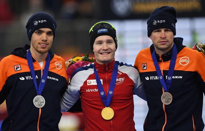 Sverre Lunde Pedersen als gouden Noor tussen twee Nederlandse verliezers, Sven Kramer en Patrick Roest.